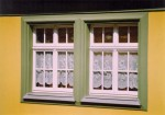 Fenster mit aufgesetzten Zierelementen / Denkmalschutz
